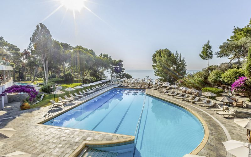 Pool på hotell Corfu Holiday Palace Kanoni på Korfu.