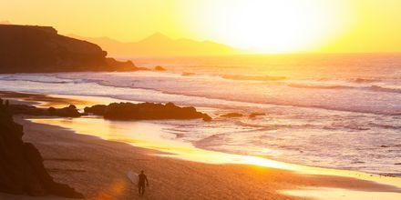 Vacker solnedgång över stranden La Pared på Fuerteventura.