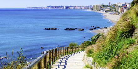 Promenaden ner till stranden Playa de Carvajal i Fuengirola på Costa del Sol.