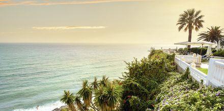 Nerja erbjuder många härliga stränder för den som vill slappa och bada på semestern.