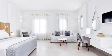 Enrumslägenhet på Costa Grand Resort & Spa i Kamari på Santorini, Grekland.