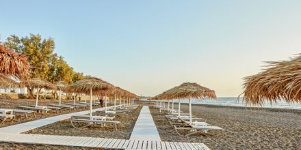 Strand vid Costa Grand Resort & Spa i Kamari på Santorini, Grekland.