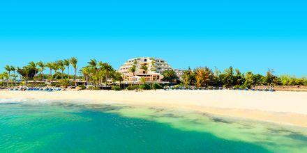 Njuta av sköna dagar på stranden i Costa Teguise på Lanzarote, Kanarieöarna.