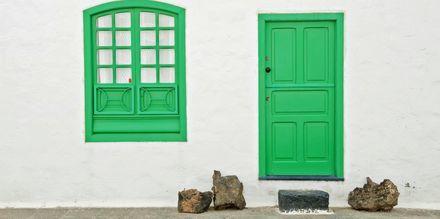 Gröna dörrar och fönster, och vita väggar är en vanlig syn på Lanzarote.