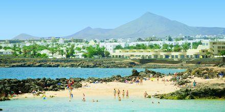 Strand i Costa Teguise på Lanzarote, Kanarieöarna.