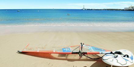 Passa på att prova vattensporter i Costa Teguise på Lanzarote, Kanarieöarna.
