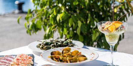 Missa inte att äta traditionella tapas under semestern i Costa Teguise på Lanzarote, Kanarieöarna.