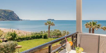 Uteplats med havsutsikt på hotell Crystal Beach i Kalamaki, Zakynthos.