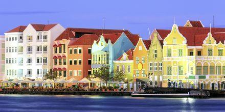 Kväll i Willemstad - här väntar restauranger, barer och underhållning.