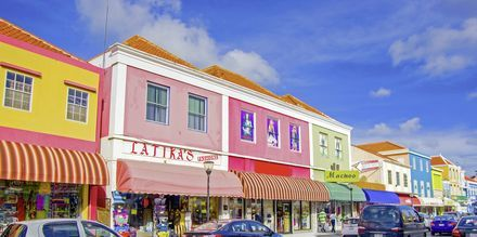 Huvudstaden heter Willemstad och är känd för sina färgglada byggnader.