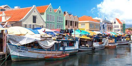 En härlig turistattraktion i Curaçao är den flytande fruktmarknaden.