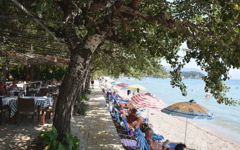 Stranden vid hotell Dassia Beach på Korfu.