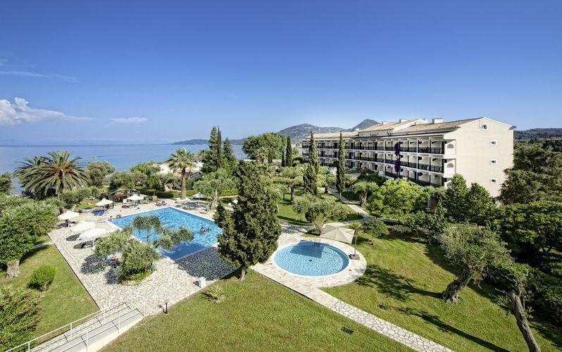 Poolområdet på hotell Delfinia i Moraitika på Korfu, Grekland.