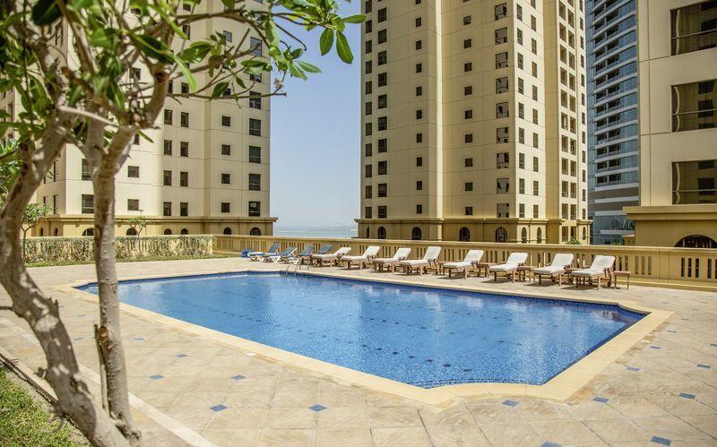 Takpoolen på hotell Delta by Marriott Jumeirah Beach i Dubai, Förenade Arabemiraten.