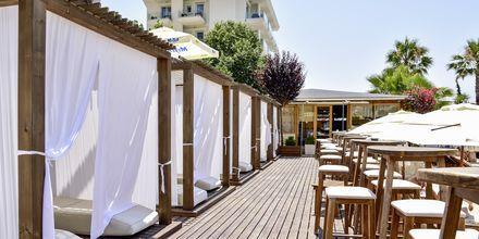 Stranden vid hotell Demi i Saranda, Albanien.