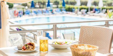 Restaurang vid poolen på hotell Dennys Inn i Kalamaki, Zakynthos.