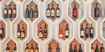 Albanska viner på en restaurang på Diamma Resort, Durres riviera, Albanien.