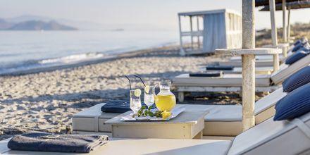 Stranden vid hotell Diamond Deluxe Hotel i Lambi på Kos, Grekland.