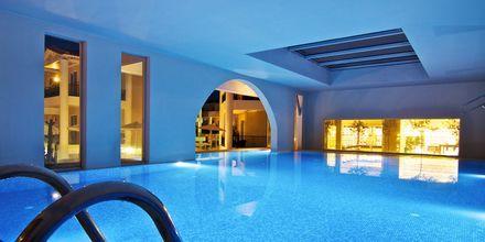 Inomhuspool på hotell Dimitrios Village Beach Resort i Rethymnon på Kreta, Grekland.