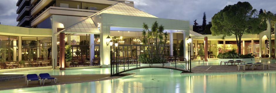 Poolområde på hotell Dionysos på Rhodos, Grekland.