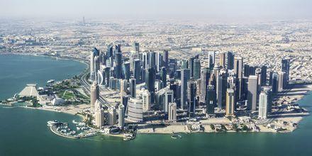 I Doha blandas skyskrapor med sandstrand, modernitet med tradition.