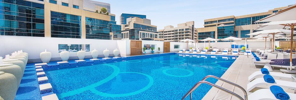 Pool på hotell Doubletree by Hilton Dubai Business Bay i Dubai.