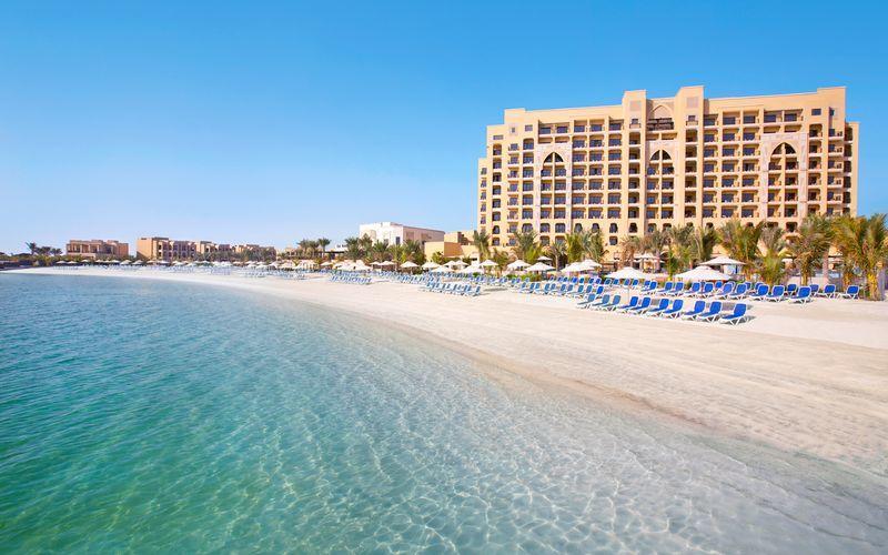 Stranden vid hotell Doubletree by Hilton Marjan Island i Ras al Khaimah.