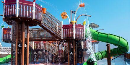 Piratskepp med vattenlek på hotell Doubletree by Hilton Marjan Island i Ras al Khaimah.