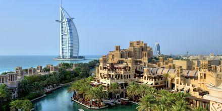 Madinat och Burj Al Arab i Dubai Jumeirah Beach.