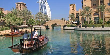 Ta en båttur i kanalen vid Madinat Jumeirah, Dubai, Förenade Arabemiraten.