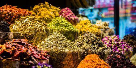 Kryddor på souken i Dubai, Förenade Arabemiraten.