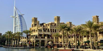Burj Al Arab och Madinat i Dubai Jumeirah Beach.