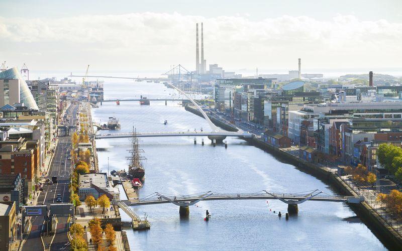 Floden Liffey flyter genom Dublin.