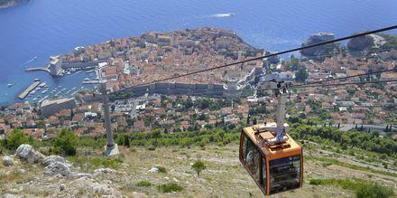 Linbanan går från kullarna ovanför Dubrovnik och ned till den medeltida staden.