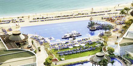 Pool och strand pp Dukes The Palm, a Royal Hideaway Hotel på Dubai Palm Jumeirah, Förenade Arabemiraten.