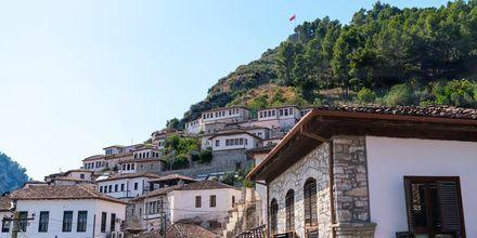 På utflykt med Apollo kan du upptäcka Berat i Albanien.