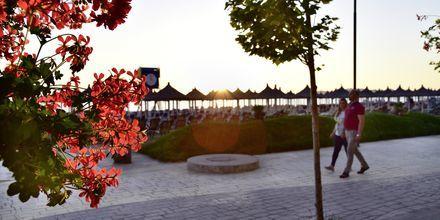 Det finns en bred strandpromenad på flera ställen vid Durres riviera.