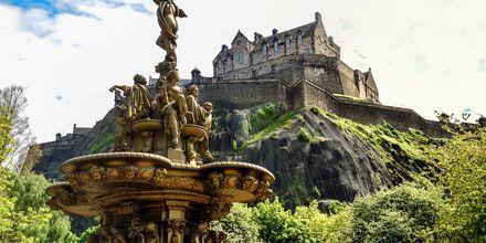 Statyer i Princess Street Gardens, med Edinburgh Castle ovanför.