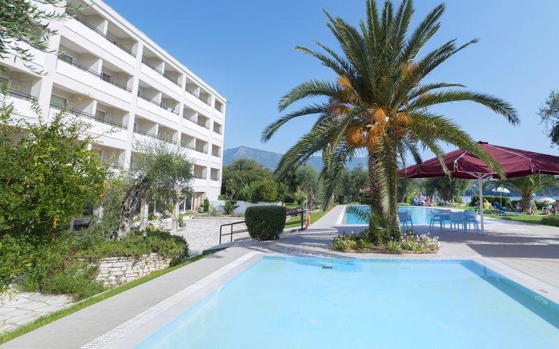 Poolområdet på hotell Elea Beach i Dassia på Korfu, Grekland.