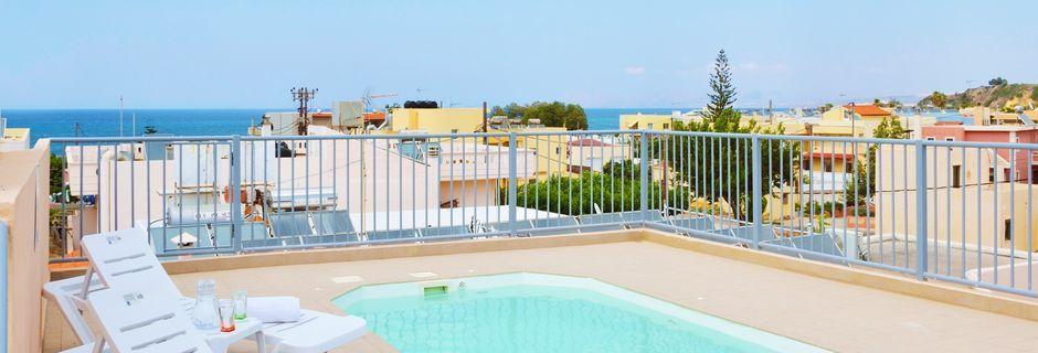 Den lilla poolen på takterrassen på hotell Elia i Kato Stalos på Kreta, Grekland.