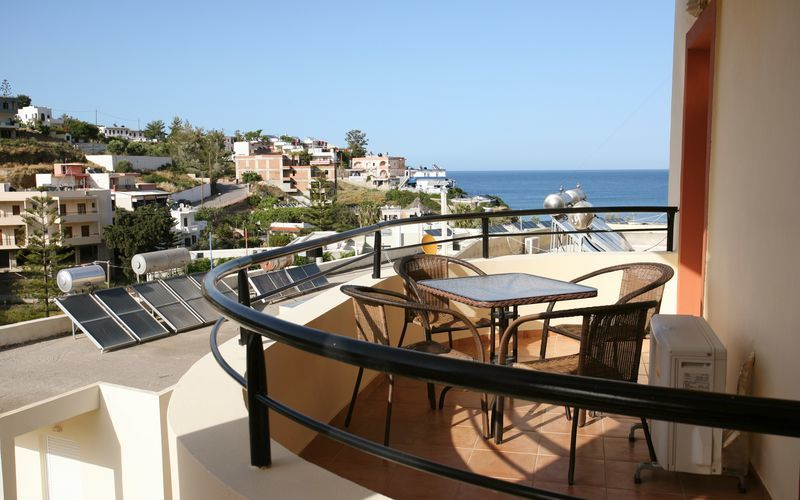 Balkong i tvårumslägenhet på Elpis Studios & Apartments i Bali på Kreta.