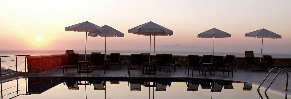 Poolområde på hotell Epavlis på Santorini, Grekland.
