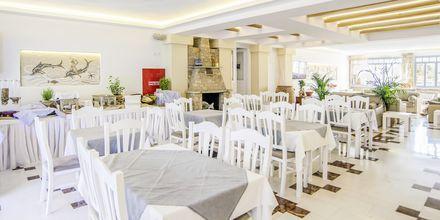 Frukostservering på hotell Erato i Karlovassi på Samos, Grekland.