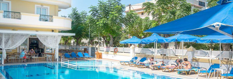 Poolområdet på hotell Erato i Kos stad på Kos, Grekland.