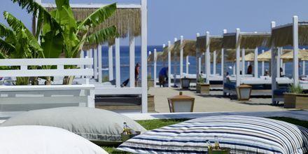 Stranden vid Hotell Esperos Village Blue & Spa på Rhodos, Grekland.
