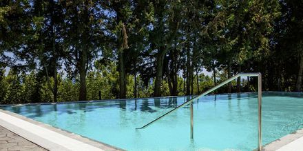 Dubbelrum med delad pool på Hotell Esperos Village Blue & Spa på Rhodos, Grekland.
