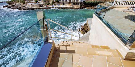 Trappor ner till stranden vid Europe Playa Marina i Illetas på Mallorca.