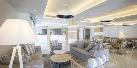 Lobby på hotell Evalena Beach i Fig Tree Bay, Cypern.