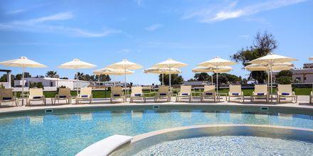 Nybyggt poolområde på hotell Evdokia på Naxos.