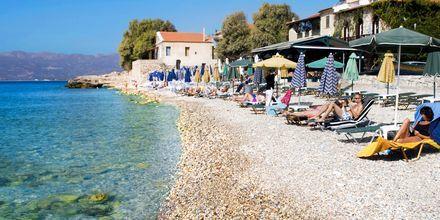 Stranden ligger ca 100 meter från hotell Evripili på Samos i Grekland.